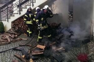 Holzstapel brennt