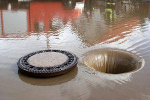 Dorfstraße überflutet
